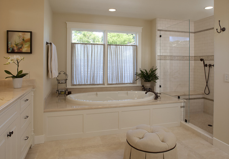 Дизайн комнаты в частном доме с окном