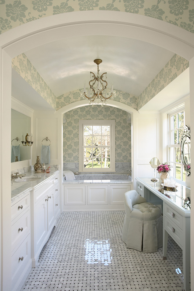 Красивая ванная с двумя окнами